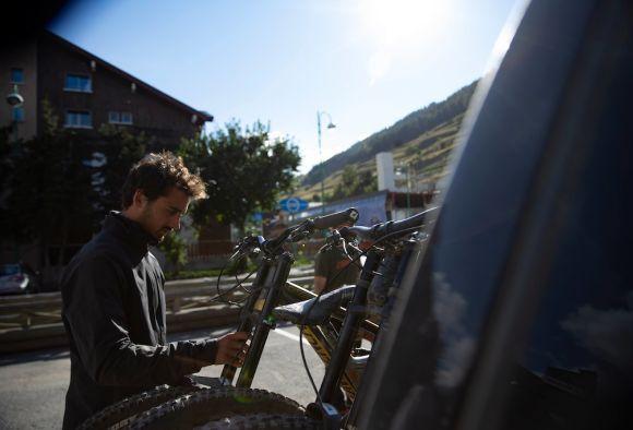 Olivier checking his bike beforehand